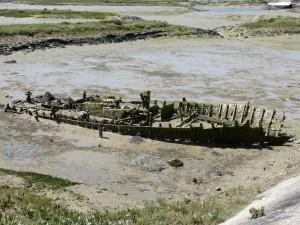 107-1 62 Un bateau tout cassé